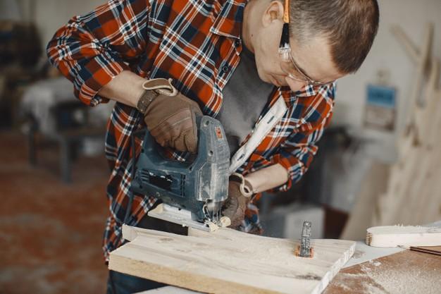 craftsman-using-circular-saw_1157-45880