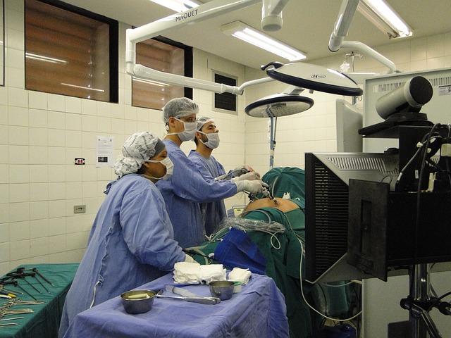 lékaři při operaci