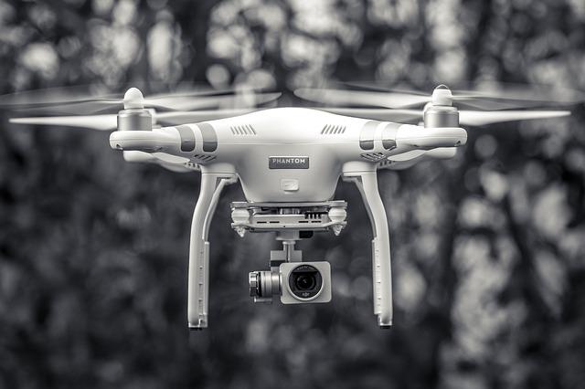 bílý dron ve vzduchu
