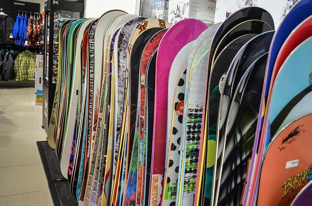 snowboardy v obchodě