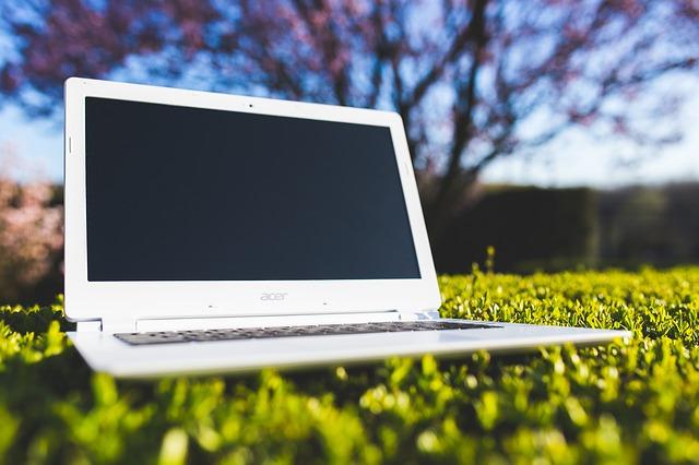 notebook na trávě