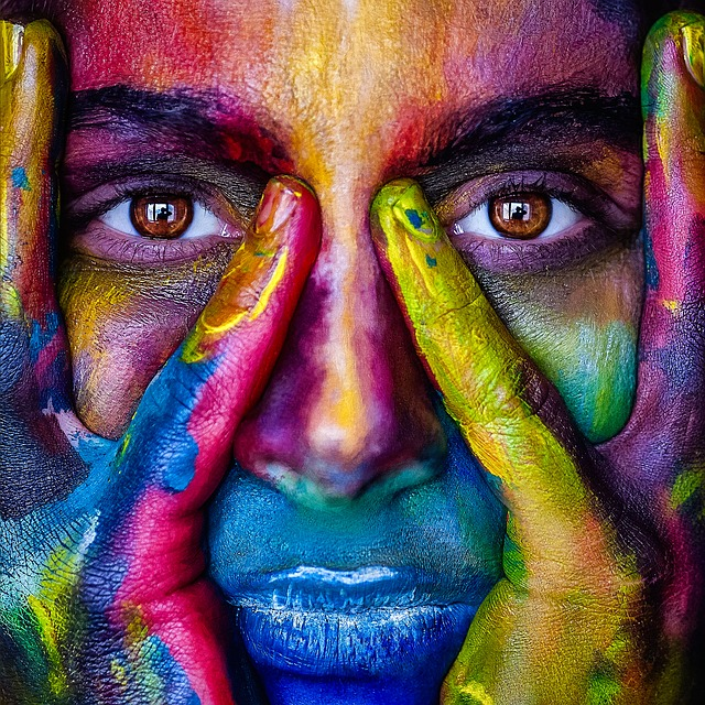 barevná tvář