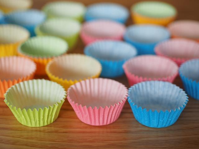 Farebné košíčky na zákusky na stole.jpg