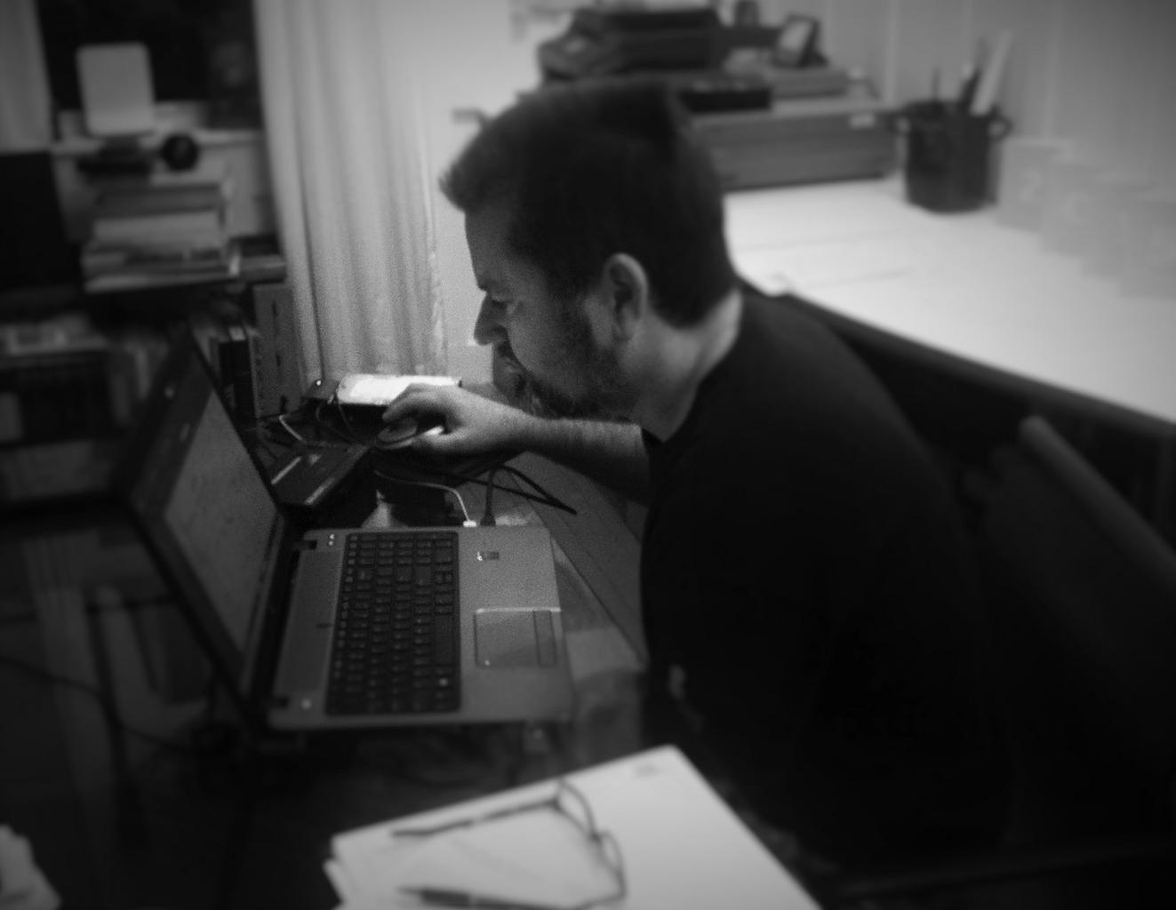 muž pri počítači